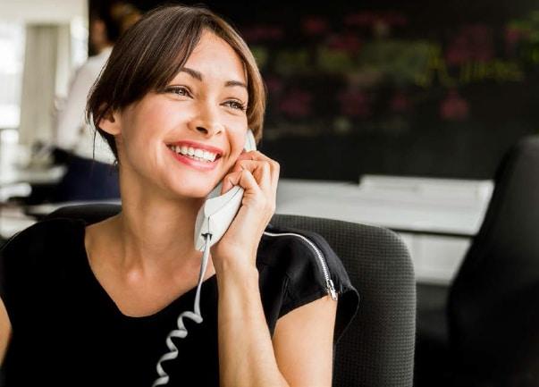 עסקים בקורונה - נציגת שירות עונה לטלפון